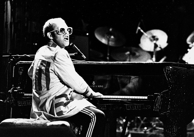 Elton+John+performing+to+a+sold+out+arena+in+1976.
